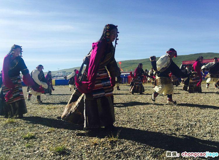 那曲赛马节上载歌载舞的藏族人们